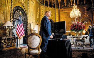 Ο πρόεδρος Ντόναλντ Τραμπ μιλάει σε δημοσιογράφους από το ιδιωτικό κλαμπ Μαρ α Λάγκο. Σε επιστολή τους οι κάτοικοι του πολυτελούς παραθαλάσσιου θερέτρου της Φλόριντα αναφέρουν ότι ο πρόεδρος των ΗΠΑ δεν έχει δικαίωμα να κατοικήσει μόνιμα στο ιστορικό κτίριο μετά την αποχώρησή του από τον Λευκό Οίκο, αφού ως απλό μέλος του κλαμπ μπορεί να διαμένει εκεί το πολύ 21 ημέρες τον χρόνο, όπως αναφέρει το συμφωνητικό που υπέγραψε με τον δήμο του Παλμ Μπιτς το 1993 (φωτ. A.P. Photo / Andrew Harnik).