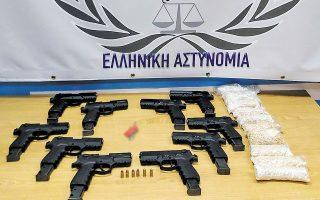 Τα κατασχεθέντα, από τους αστυνομικούς της Ομάδας Δίωξης Ναρκωτικών του Τμήματος Ασφάλειας Κομοτηνής, πιστόλια διαμετρήματος 9 χιλιοστών μάρκας Zoraki και 8.000 χάπια μεθαμφεταμίνης (φωτ. ΕΛ.ΑΣ.).