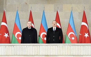 O Tούρκος πρόεδρος στο πλευρό του Αζέρου ομολόγου του Ιλχάμ Αλίεφ στις εκδηλώσεις που έλαβαν χώρα στο Μπακού, για να εορταστεί η κοινή τους νίκη απέναντι στην Αρμενία στο Ναγκόρνο-Καραμπάχ. (Φωτ.EPA / POMAN ISMAYILOV)
