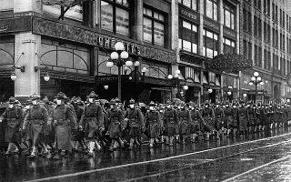Αμερικανοί στρατιώτες, που μόλις έχουν επιστρέψει από τα μέτωπα του Α΄ Παγκοσμίου, παρελαύνουν στο Σιάτλ τον Δεκέμβριο του 1918. (Φωτ. SHUTTERSTOCK)