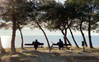 Τα δύο παγκάκια που βρίσκονται στο παρκάκι δίπλα από το «Παλατάκι» έχουν θέα όλη τη Θεσσαλονίκη.