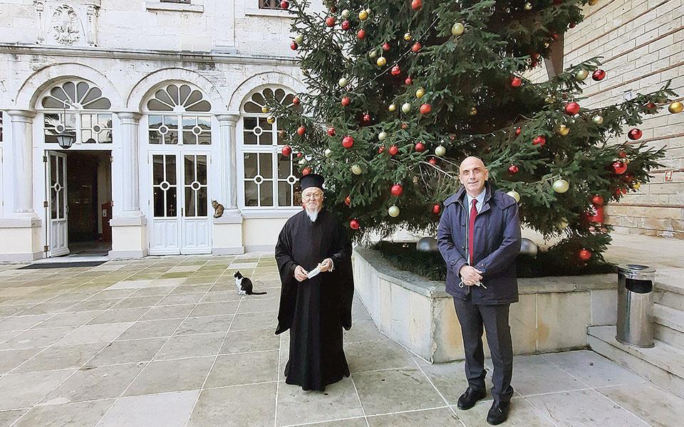 Ο Οικουμενικός Πατριάρχης κ.κ. Βαρθολομαίος με τον συντάκτη της «Κ» Μανώλη Κωστίδη. Φωτ. Νίκος Μαγγίνας.