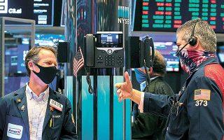 Το ενδεχόμενο απόρριψης του πακέτου από τον Αμερικανό πρόεδρο, καθώς και οι ανησυχίες για τη νέα μετάλλαξη του κορωνοϊού, περιόρισαν τη διάθεση για ανάληψη ρίσκου στα περισσότερα διεθνή χρηματιστήρια (φωτ. A.P.).