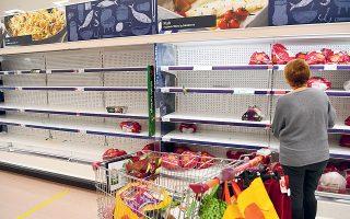 «Δελτίο» στις αγορές βασικών ειδών, όπως προϊόντα υγιεινής, αυγά και ρύζι, έχουν βάλει αλυσίδες σούπερ μάρκετ στη Βρετανία, λόγω των προβλημάτων στην ομαλή τροφοδοσία της αγοράς, μετά τις απαγορεύσεις εξαιτίας του μεταλλαγμένου κορωνοϊού (φωτ. EPA / FACUNDO ARRIZABALAGA).
