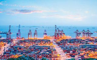 Το μερίδιο της Κίνας στην παγκόσμια οικονομία έχει αυξηθεί από το μόλις 3,6% στο οποίο ανερχόταν το 2000 στο 17,8% σήμερα. Τα επόμενα χρόνια η οικονομία της θα σημειώσει ετήσια ανάπτυξη 5,7% μέχρι το 2025, που θα επιβραδυνθεί στο 4,5% το χρονικό διάστημα 2026-2030.