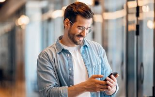 Οσοι διαθέτουν συσκευές κινητής συμβατές με δίκτυο πέμπτης γενιάς (5G) και βρίσκονται κυρίως στην Αθήνα και στη Θεσσαλονίκη, καθώς και σε αστικά κέντρα όπου έχουν τοποθετηθεί τα κατάλληλα κεραιοσυστήματα, θα έχουν ήδη παρατηρήσει σημαντική αύξηση της ταχύτητας (φωτ. Shutterstock).
