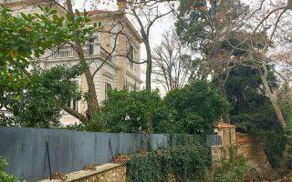 Η νεοκλασική έπαυλη «Πύρνα», που στεγάζει γραφεία εταιρείας, βρίσκεται δίπλα στο αρχαίο ρέμα της Πύρνας, από το οποίο πήρε και το όνομά της (φωτογραφίες ΜΑΡΙΑ ΚΩΒΑΙΟΥ).