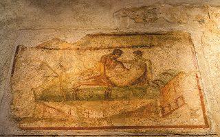 Ερωτική σκηνή στο Λουπανάρε, μπορντέλο της Πομπηίας. Ο ποιητής Λουκρήτιος φοβόταν τον έρωτα, τμήματα του μεγάλου του ποιήματος όμως εντοπίστηκαν στην Πομπηία, κάτω από την τέφρα του Βεζούβιου. (Φωτ. SHUTTERSTOCK )