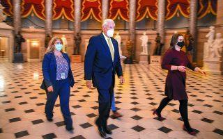 O αρχηγός της πλειοψηφίας της αμερικανικής Βουλής, Ρεπουμπλικανός Στένι Χόιερ, εισέρχεται στην αίθουσα της ψηφοφορίας για την αύξηση των ατομικών βοηθημάτων προς ανακούφιση των συνεπειών της πανδημίας. Φωτ. EPA