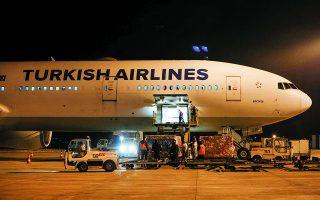 Λίγο πριν από τις 6 τα χαράματα, αεροπλάνο της Turkish Airlines, προερχόμενο από το Πεκίνο, προσγειώθηκε στο αεροδρόμιο της Αγκυρας, μεταφέροντας 3 εκατ. δόσεων του εμβολίου.  Φωτ. EPA