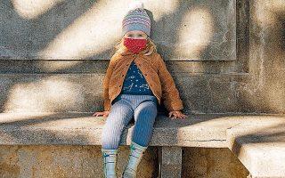 Η Αλις Μακ Γκρόου, μόλις δύο ετών, φοράει τη μάσκα της και παίζει μόνη σε μνημείο για το Ορος Ολυμπος στο Σαν Φρανσίσκο των ΗΠΑ. Η πανδημία υποχρεώνει τους γονείς να κρατούν τα παιδιά προσχολικής ηλικίας στο σπίτι, στερώντας τους τις κοινωνικές επαφές και δημιουργώντας τους την αίσθηση ότι οι άλλοι άνθρωποι είναι επικίνδυνοι (φωτ. Cayce Clifford / The New York Times).