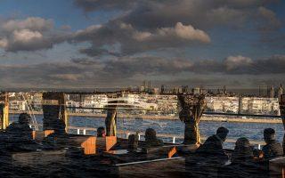Βουλιάζει η τουρκική οικονομία: Εικόνα της Κωνσταντινούπολης μέσα από πλοιάριο στον Βόσπορο. (Φωτ.: The New York Times)