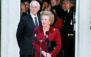 Η Μάργκαρετ Θάτσερ, συνοδευόμενη από τον σύζυγό της Ντένις, αποχωρεί από την Ντάουνινγκ Στριτ 10 έπειτα από 4.227 ημέρες στην πρωθυπουργία. Φωτ. ASSOCIATED PRESS