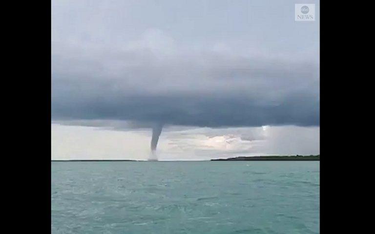 Τι κάνεις αν δεις τη θάλασσα να σηκώνεται στον αέρα; (βίντεο)