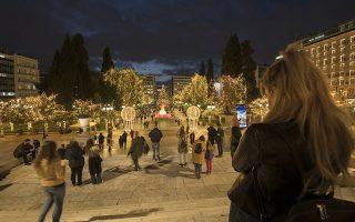 Η καλύτερα, εδώ και χρόνια, στολισμένη πλατεία Συντάγματος προσελκύει πολλούς Αθηναίους οι οποίοι σπεύδουν να «μυρίσουν» Χριστούγεννα, σε μια εορταστική περίοδο διαφορετική από άλλες χρονιές (φωτογραφίες ΒΑΓΓΕΛΗΣ ΖΑΒΟΣ).