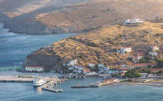 Μέρος του παλαιού οικισμού κάλυπτε την έκταση πάνω από το σύγχρονο λιμάνι του νησιού και έφτανε μέχρι την κορυφή του λόφου, ενώ σήμερα δεν υπάρχει κανένα ίχνος του.