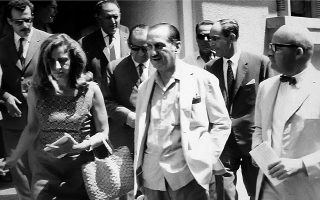 Ο Ευάγγελος Αβέρωφ μετά την απονομή χάριτος το 1967. Κατά τη διάρκεια της δικτατορίας αναζητούσε αγωνιωδώς μια ρεαλιστική διέξοδο για την Ελλάδα. Εγινε το επίκεντρο της πολιτικής αντιπολιτεύσεως και ποικιλοτρόπως υπονόμευσε το δικτατορικό καθεστώς.
