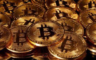 Η άνοδος του bitcoin εντός του έτους προσεγγίζει το 270%. Εφθασε μέσα στο Σαββατοκύριακο τις 28.365 δολ., για να υποχωρήσει στις 22.300 δολ. χθες. Φωτ.: REUTERS/Dado Ruvic