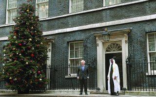 O Mπόρις Τζόνσον υποδέχεται τον διάδοχο του θρόνου των Ηνωμένων Αραβικών Εμιράτων, σεΐχη Μοχάμεντ μπιν Ζαϊέντ αλ Ναχαγιάν, την περασμένη Πέμπτη. Η Βρετανία προσδοκά πως θα ξεπεράσει το σοκ του Brexit, συνάπτοντας μεγάλες εμπορικές συμφωνίες με τρίτες χώρες.  Φωτ. EPA / FACUNDO ARRIZABALAGA