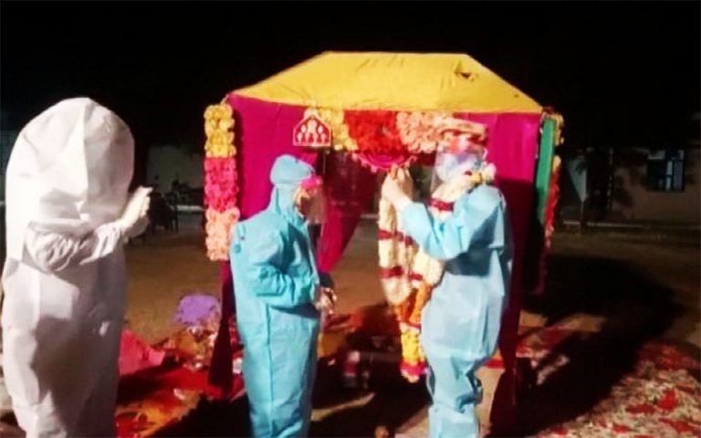 Ινδία: Γάμος με στολές και μάσκες και τη νύφη θετική στον κορωνοϊό (βίντεο)