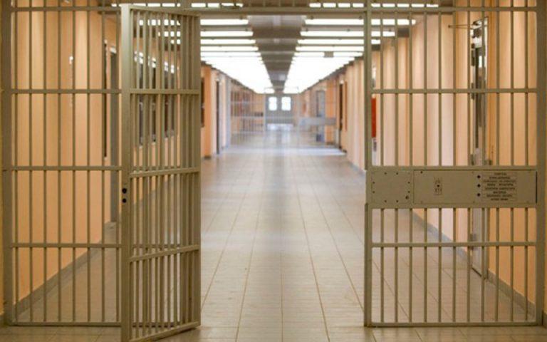 Θετικοί στον ιό 53 κρατούμενοι στη Λάρισα