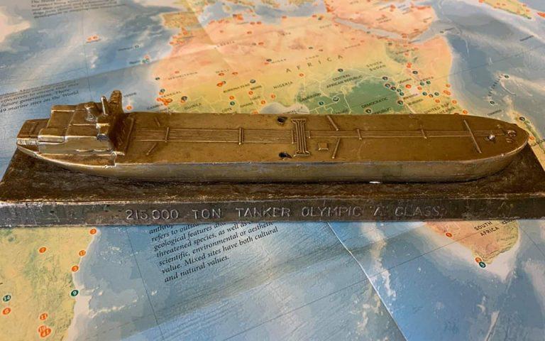 Ρέπλικα από πανέρι παλαιοπώλη στη Γενεύη «μιλά» για την εποχή παντοδυναμίας του Ωνάση