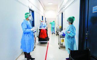Νοσηλευτές, τραυματιοφορείς, καθαρίστριες. Μπορεί στο ευρύ κοινό η συνεισφορά όλων αυτών των εργαζομένων να παραμένει άγνωστη, δεν είναι όμως αμελητέα. Χωρίς και αυτούς, δεν θα μπορούσε να λειτουργήσει ολοκληρωμένα και αρμονικά μια κλινική COVID-19, αλλά και οποιαδήποτε κλινική. Φωτ. ΓΙΩΡΓΟΣ ΜΟΥΤΑΦΗΣ