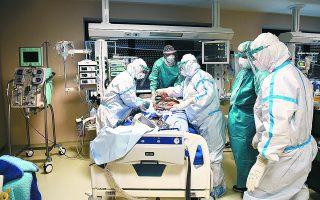 Δεκάδες γιατροί και νοσηλευτές από διαφορετικά σημεία της χώρας πρόσφεραν εθελοντικά τις υπηρεσίες τους σε νοσοκομεία που δέχθηκαν μεγάλη πίεση τον τελευταίο μήνα
