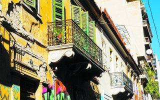 Τα νεοκλασικά σπίτια στην οδό Οικονόμου στα Εξάρχεια (αρ. 11, 13 και 15).  Φωτ. ΝΙΚΟΣ ΒΑΤΟΠΟΥΛΟΣ