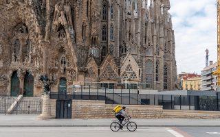 Ως «εναλλακτικό μοντέλο» σε σχέση με τους γίγαντες των ταχυδιανομών και της παράδοσης κατ' οίκον λειτουργεί η Les Mercedes που ιδρύθηκε μέσα στην κρίση και κάνει διανομές με ποδήλατα. Φωτ.shutterstock