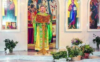 Οταν ο Νικόλαος Κακαβελάκης μετακόμισε στην ορθόδοξη εκκλησία της Λυών το 2010, δεν φορούσε σχεδόν ποτέ ράσο και εθεωρείτο «μοντέρνος» ιερέας.