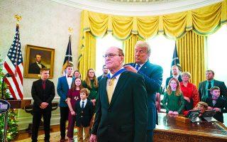 Ο απερχόμενος πρόεδρος βράβευσε με το Μετάλλιο της Ελευθερίας τον παλαίμαχο παλαιστή και ολυμπιονίκη Νταν Γκέιμπλ, την περασμένη Δευτέρα. Μια σχετικά ευχάριστη στιγμή στο βαρύ, μετά τις εκλογές, κλίμα του Λευκού Οίκου.  Φωτ. ΕΡΑ / DOUG MILLS