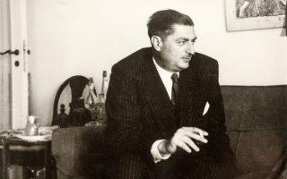Ο Μ. Καραγάτσης φωτογραφημένος από τον Ανδρέα Εμπειρίκο στο σπίτι του πρώτου. Αθήνα, δεκαετία του '50. (Φωτ. ΑΝΔΡΕΑΣ ΕΜΠΕΙΡΙΚΟΣ - ΑΡΧΕΙΟ Μ. ΚΑΡΑΓΑΤΣΗ)