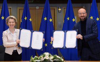 Οχι, δεν είναι οι πλάκες με τις δέκα εντολές. Η πρόεδρος της Ευρωπαϊκής Επιτροπής Ούρσουλα φον ντερ Λάιεν και ο πρόεδρος του Ευρωπαϊκού Συμβουλίου Σαρλ Μισέλ παρουσιάζουν την εμπορική συμφωνία μεταξύ Ευρωπαϊκής Ενωσης και Βρετανίας. (Φωτ. EPA / JOHANNA GERON)