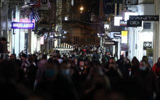 Εικόνα από την οδό Ερμού, στο κέντρο της Αθήνας το βράδυ της Παρασκευής.