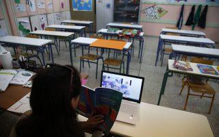 Σήμερα η Επιτροπή Εμπειρογνωμόνων του υπουργείου Υγείας για τον νέο κορωνοϊό θα εισηγηθεί πότε και υπό ποιες προϋποθέσεις μπορεί να γίνει η επιστροφή στις σχολικές αίθουσες των μαθητών γυμνασίου και λυκείου (φωτ. AP Photo/Thanassis Stavrakis).
