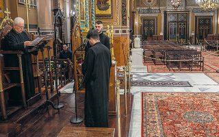 Οι 7.000 ιεροψάλτες, εκ των οποίων περίπου 1.500 βρίσκονται στην Αττική, πηγαίνουν στην εκκλησία 286 φορές τον χρόνο, γιορτές και αργίες. Οι ναοί λειτουργούν κανονικά για τον όρθρο και τον εσπερινό και για τα μυστήρια. (Φωτ. ASSOCIATED PRESS)