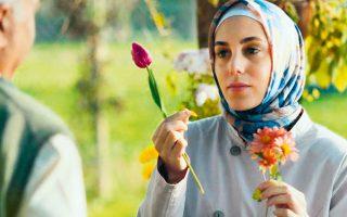 H Οϊκου Καραγιέλ πρωταγωνιστεί στο «Εthos», την τουρκική μίνι σειρά του Netflix.