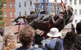 7 Ιουλίου 2020. Αποκαθήλωση του αγάλματος του στρατηγού Στιούαρτ, των Νοτίων, στο Ρίτσμοντ της Βιρτζίνια. Τα παρελθόντα γεγονότα προκύπτουν και νοηματοδοτούνται από αντιλήψεις που διαμορφώνονται στο εκάστοτε παρόν. (Φωτ. ASSOCIATED PRESS