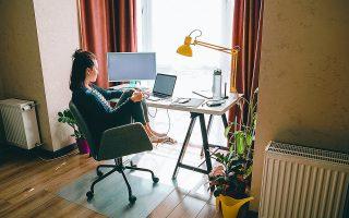 Ενας παράγων που πρέπει να συνεκτιμηθεί είναι και η ανάγκη ύπαρξης ενός –μικρού έστω– χώρου μέσα στο σπίτι για όσους εργάζονται με τηλεργασία σε συνεννόηση με την επιχείρηση. Αυτό σημαίνει ότι θα υπάρχει μια κινητικότητα στην κατοικία (ενοικιάσεις και μεταβιβάσεις) προκειμένου να καλυφθούν και αυτές οι νέες ανάγκες.