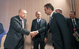 Εάν επαναρχίσουν οι διερευνητικές, η πρώτη συνάντηση, όπως είναι η σειρά, θα πραγματοποιηθεί στην Κωνσταντινούπολη, οπότε η πρόσκληση πρέπει να προέλθει από το τουρκικό υπουργείο Εξωτερικών. Στη φωτ., Ταγίπ Ερντογάν και Κυριάκος Μητσοτάκης υπό το βλέμμα του Τούρκου ΥΠΕΞ Μεβλούτ Τσαβούσογλου, τον Δεκέμβριο του 2019 στο Λονδίνο. (Φωτ. INTIME NEWS)
