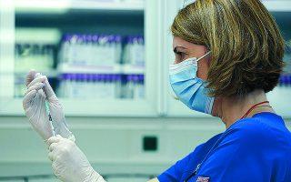 Οι εμβολιασμοί ξεκινούν πάλι από τη Δευτέρα. Στόχος είναι να έχουν εμβολιαστεί έως τις 20 Ιανουαρίου οι εργαζόμενοι σε υγειονομικές μονάδες. Φωτ. INTIME NEWS
