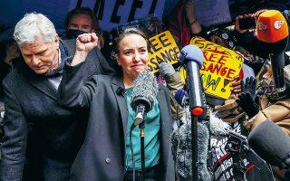 Η Στέλλα Μόρις, συνέταιρος του ιδρυτή των WikiLeaks Τζούλιαν Ασάνζ, πανηγυρίζει έξω από το δικαστήριο που αποφάσισε κατά της έκδοσής του στις ΗΠΑ, όπου αντιμετωπίζει ποινή κάθειρξης έως και 175 ετών. (Φωτ. REUTERS)