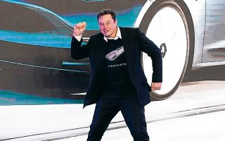 Σύμφωνα με τον Ελον Μασκ, η παραγωγή της Tesla αναμένεται να αυξηθεί από 500.000 αυτοκίνητα το 2020 στα 20 εκατομμύρια σε ετήσια βάση έως το 2030. Επιπλέον, σχεδιάζει την κατασκευή ενός προσιτού ηλεκτρικού αμαξιού αξίας 25.000 δολαρίων, οικοδομώντας παράλληλα νέα εργοστάσια. (Φωτ. Reuters)