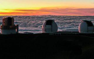 Το τηλεσκόπιο Σουμπαρού και τα δύο τηλεσκόπια Κεκ στην κορυφή του ανενεργού ηφαιστείου Μόνα Κέα (που σημαίνει «Λευκό Ορος») της Χαβάης, σε ύψος 4.200 μέτρων.