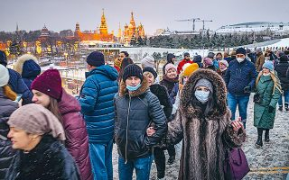 Μοσχοβίτες, άλλοι φορώντας προστατευτικές μάσκες και άλλοι όχι, στο πάρκο Ζαριάντιε.