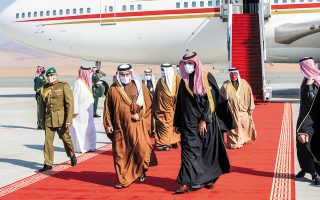 O πρίγκιπας διάδοχος της Σαουδικής Αραβίας, Μοχάμεντ μπιν Σαλμάν (δεξιά στο κέντρο), κατά την υποδοχή του εμίρη του Κατάρ, Σεΐχ Ταμίν μπιν Χαμάντ Αλ Θάνι (αριστερά), χθες το πρωί, στο αεροδρόμιο της πόλης Αλ Ούλα. (Φωτ. EPA)
