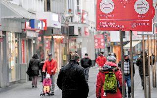 «Ο κορωνοϊός είναι επικίνδυνος», προειδοποιεί η πινακίδα στο κέντρο της πόλης Κρέφελντ, στη βόρεια Ρηνανία-Βεστφαλία, όπου, παρά τα μέτρα, τα θανατηφόρα κρούσματα καλπάζουν. (Φωτ. EPA)