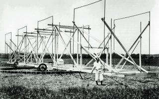 Ο Καρλ Τζάνσκι με το «καρουζέλ» του. Κινητή κεραία που κατασκεύασε ο ίδιος και που, από τύχη, αποτέλεσε τελικώς τον πρόδρομο των σημερινών ραδιοτηλεσκοπίων.