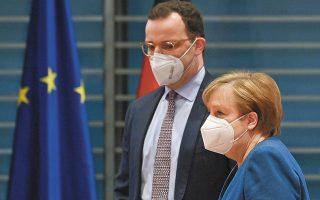 H Γερμανίδα καγκελάριος και ο υπουργός Υγείας, Γενς Σπαν, χθες, στην καθιερωμένη εβδομαδιαία συνάντησή τους. Ο Σπαν, ο οποίος βρίσκεται κοντά στις φαρμακευτικές εταιρείες, διατύπωσε έντονα παράπονα στην Bild. (Φωτ. A.P.)